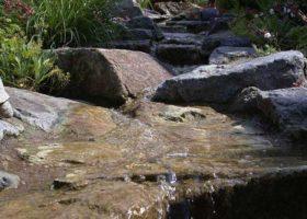 Wasserlauf aus Natursteinen in Ennigerloh