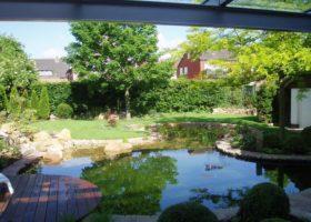 Schöne Kulisse aus Wasser, Rasen, Sträuchern und Bäumen in Oelde