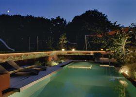 Romantische Abendstimmung durch gut geplante Beleuchtung mit warmweißen Licht