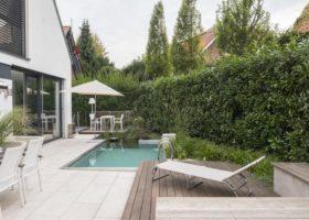 archtiketonisch gradlinige Gartengestaltung mit Natur-Badepool