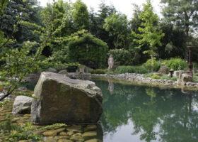 Eine perfekte Inszenierung von Naturstein und Wasser lädt zum Schwimmen ein