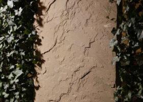Sandsteinstele mit Fertighecke