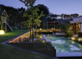 efkektvolle Schwimmteichbeleuchtung mit warmweißen Licht