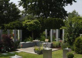 realisierte Gartengestaltung mit Spiegelwand