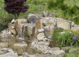 natürlich gestalteter Wasserfall aus Natursteinen in Ennigerloh