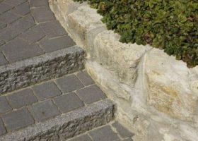 Granitstufen und Sandsteinmauer in Everswinkel