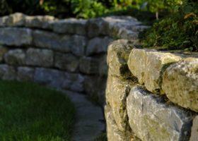 Stufen und Mauern