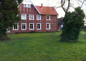 Bauernhaus mit einfacher Rasenfläche vorher