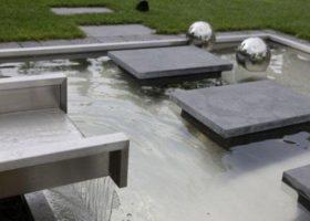 architektonisches Wasserbecker mit Trittplattenweg