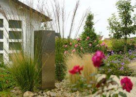 Edelstahlsäule als Wasserspiel in einem romantischen Garten in Oelde