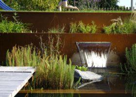 Wasserschütte schafft lebendige Athmosphäre am Schwimmteich