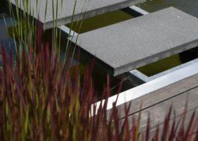 Besondere Stegkonstruktion aus Filigranem Stahl und Granitplatten