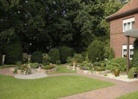 großzügiger Vorgarten mit Hochbeeten in Freckenhorst