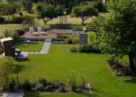 Elegante Kullisenbildung im einem Großen Garten